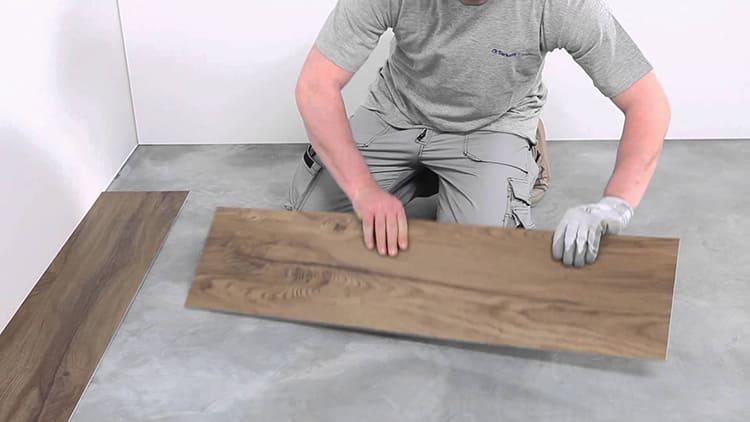 Кварц-виниловое покрытие укладывается на тщательно подготовленное основание