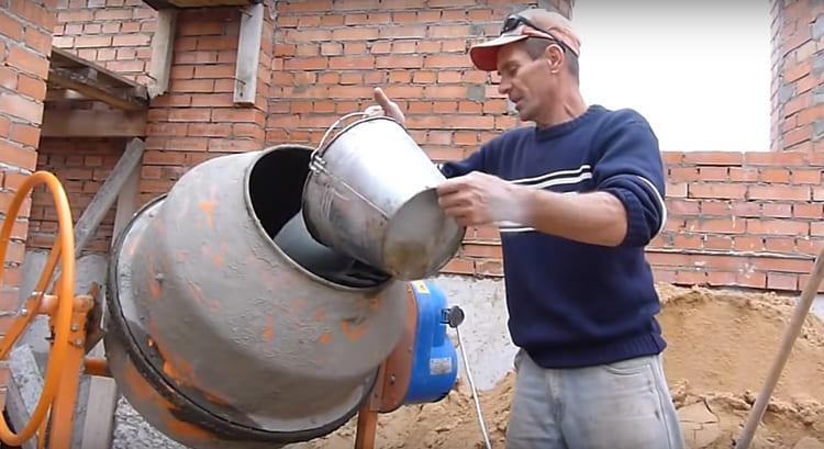 Первым делом в бетономешалку нужно залить воду в нужном количестве