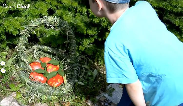 Вот такое украшение для сада получилось у меня из трёх метров старого шланга и сорняков. Дети в восторге