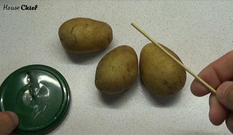 Картошку нужно вымыть и приготовить деревянный или металлический шампур