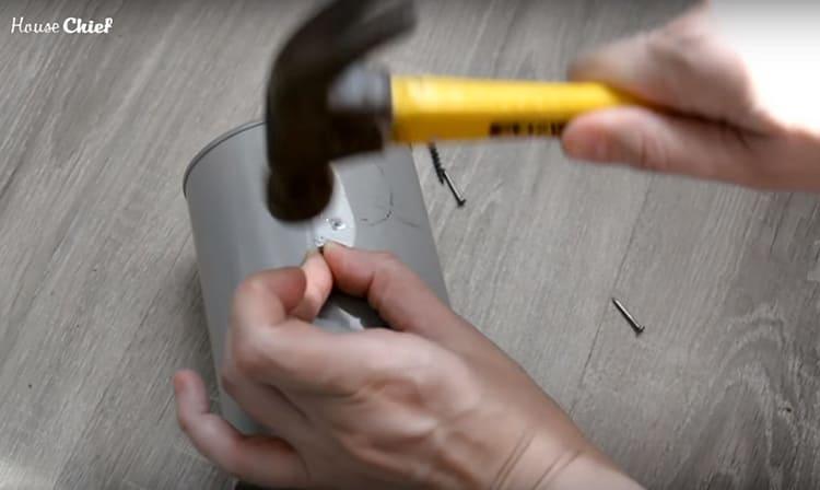 Техника очень простая - нужно сделать как можно больше дырочек в поверхности банки, протыкая её гвоздём