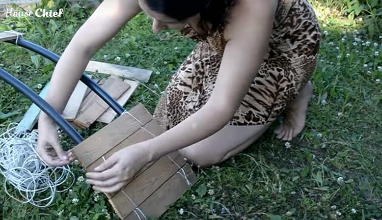 Осталось только примотать доски простой полиэтиленовой верёвкой. Хотя, потом я подумала, что джутовая выглядела бы лучше