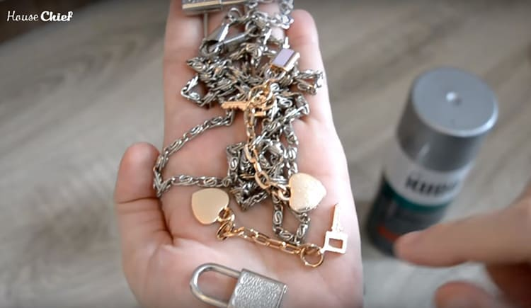 В своём «волшебном» сундучке я нашла кучу вот таких цепочек. Какие-то остались от старых сумок, какие-то от джинсов