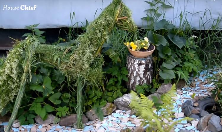 Вот такой у меня получился Росинант, конь Дон Кихота. Для гривы и роскошного хвоста я использовала сорняки с цветами. Да, всё потом высохло, но почему-то грива и хвост засохли зелёными, а трава пожелтела. Конь получился – просто красавчик.