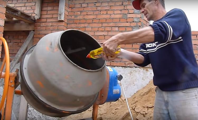После, в воду добавляется немного моющего средства, через несколько минут перемешивания оно даст пену