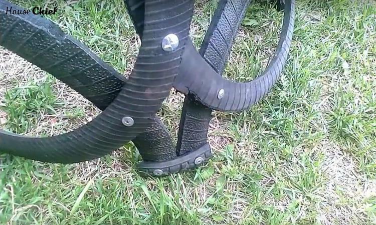 Маленькие детали прикручиваются болтами к ножкам и прочно фиксируют их на месте