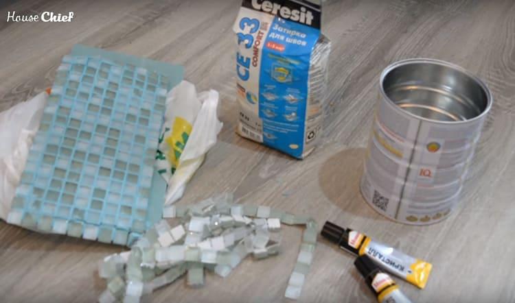Для его реализации мне потребовалась объёмная банка, клей, остатки стеклянной мозаики и затирка для плитки