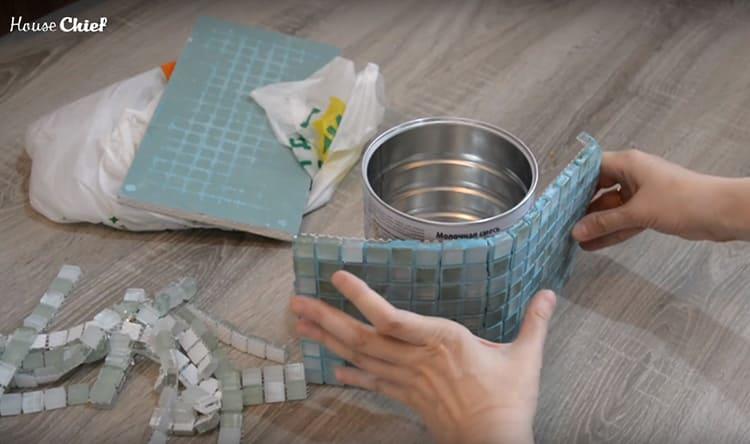 Нужно приложить сетку и прижать – мозаика схватывается буквально за секунды