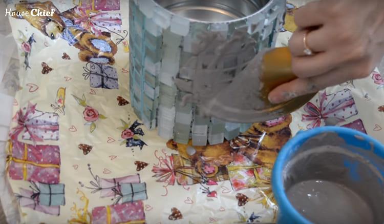 Когда все детали были наклеены, я нанесла затирку. Предварительно порошок нужно развести водой, а наносить лучше резиновым шпателем