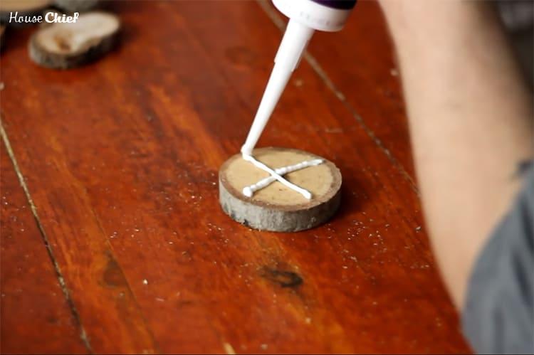 Каждый пятачок я смазала клеем ПВА. Можно использовать и любой другой клей, который скрепляет детали из дерева