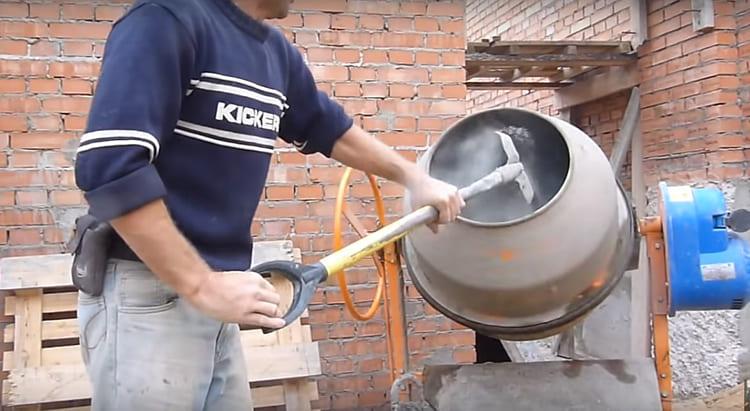 В бетономешалку засыпается цементно-песчаная смесь и перемешивание продолжается, пока консистенция смеси не станет похожа на густую сметану