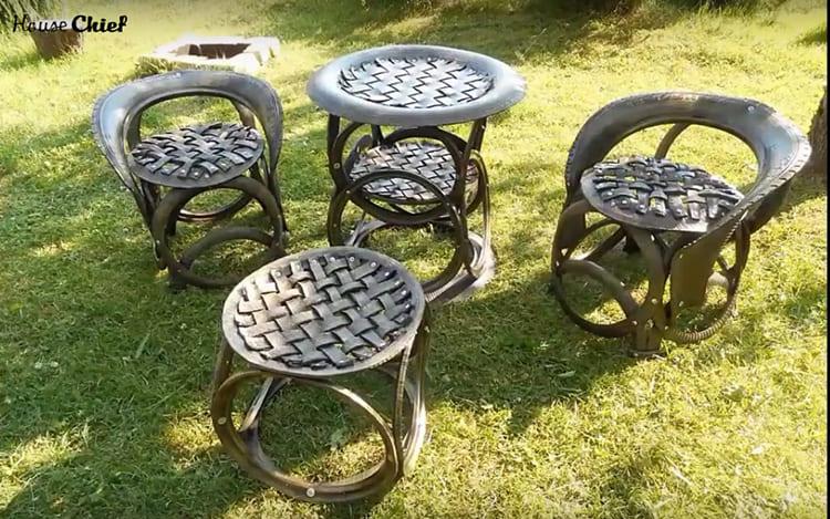 Если покрыть такие кресла краской с металлическим отливом и лаком – издалека они похожи кованые