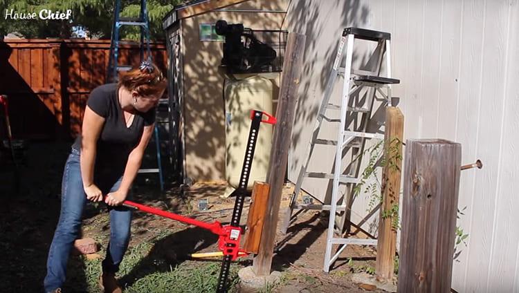 Справиться со столбами мне помог домкрат. Прикрутила саморезами на каждый столб опору, подвела под неё домкрат и потихоньку вынула столб из земли