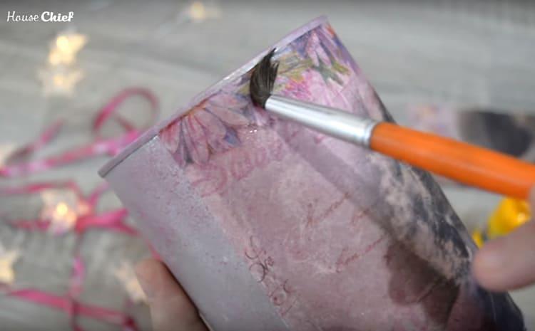 Когда рисунок приклеился и полностью высох, я покрыла банку акриловым лаком
