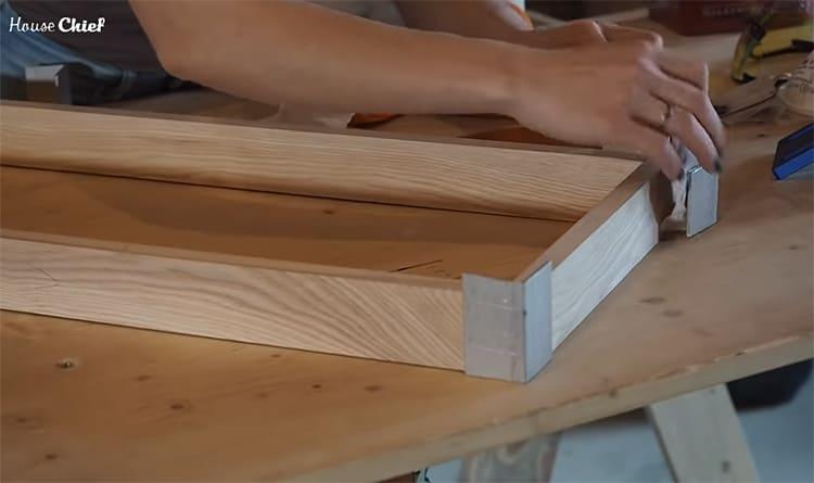 Детали собрала с помощью деревянных шпилек и столярного клея