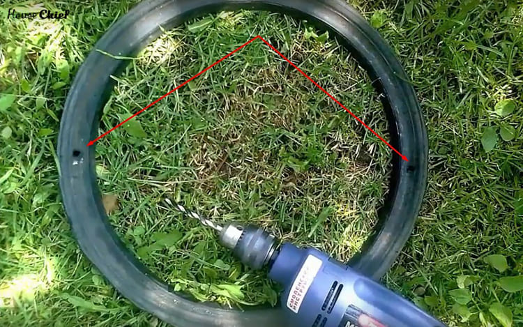 На узком кольце нужно дрелью просверлить два отверстия друг напротив друга