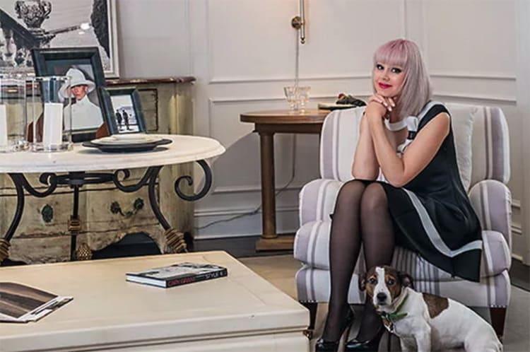 Кресло с обивкой в полоску удачно вписалось в светлый интерьер гостиной