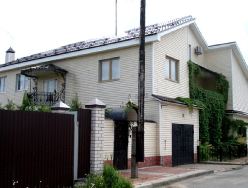 Дом Ирины и Михаила Круга в Твери внешне ничем не примечателен, обычный двухэтажный особняк, обитый сайдингом