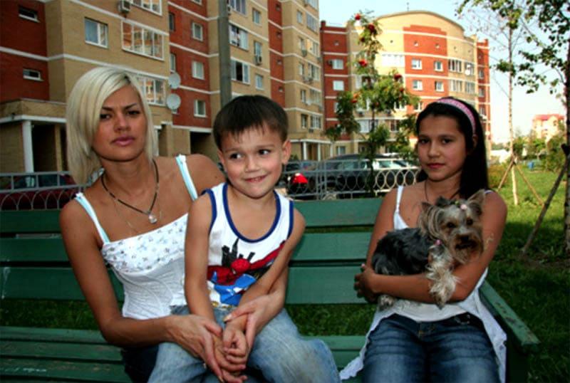 Ирина с детьми во дворе дома в Куркино