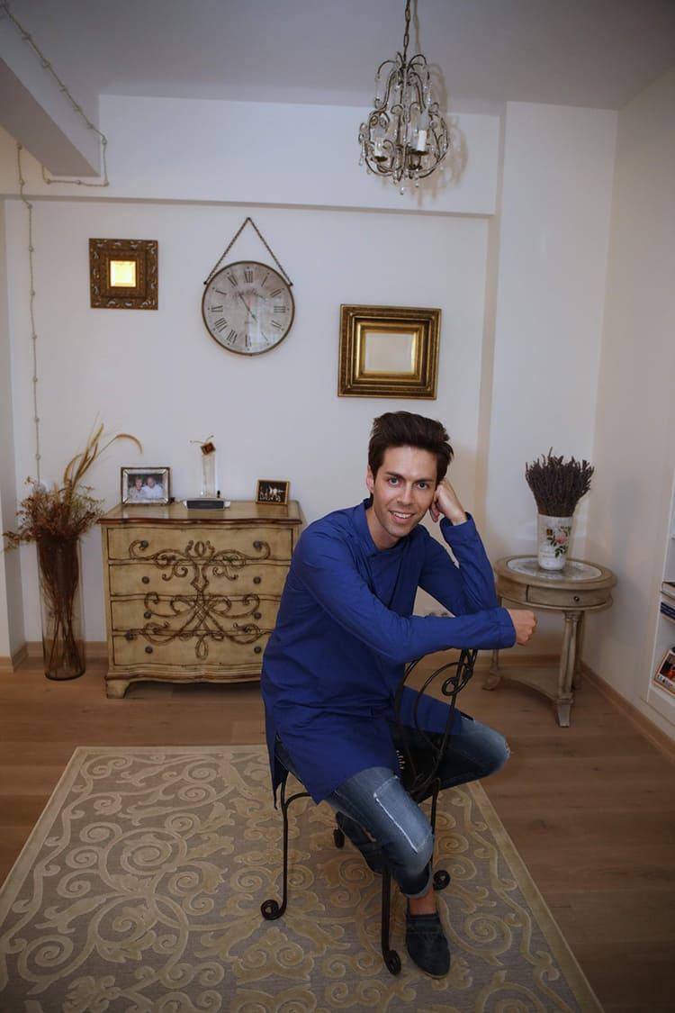 ФОТО: fashion-int.ru Мебель в гостиной выполнена в винтажном стиле.