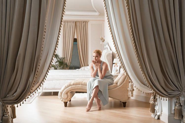 ФОТО: nedvijdom.ru Для оформления своего дворца под Москвой Анастасия выбрала бело-кремовый классический дизайн.