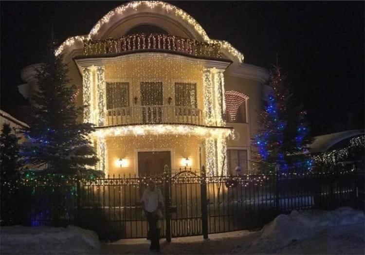 ФОТО: @volochkova_art Украшенный дом в вечернее время смотрится просто волшебно.