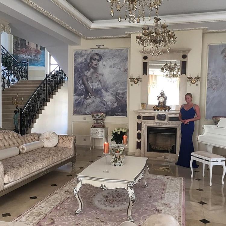 ФОТО: nedvijdom.ru В холле гостей встречает портрет балерины, написанный Никасом Сафроновым.