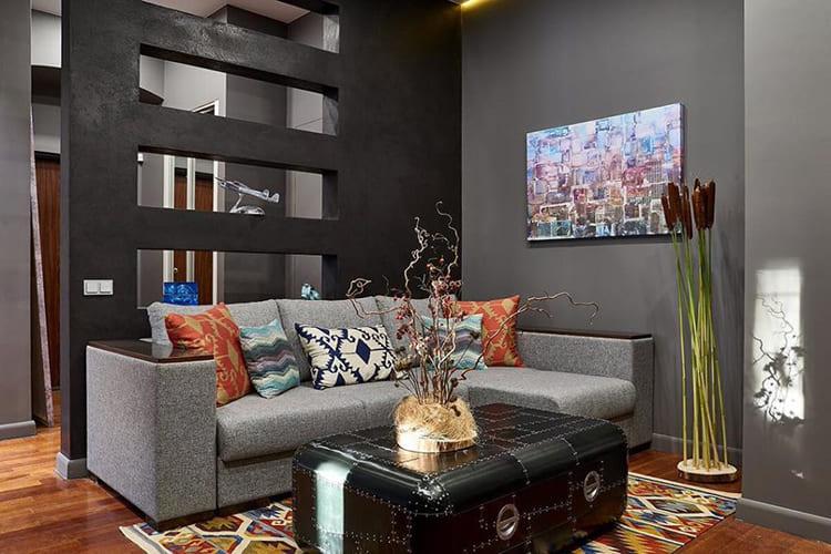 ФОТО: fashion-int.ru Декоративная перегородка в тёмно-сером цвете отделяет гостиную от входной зоны.
