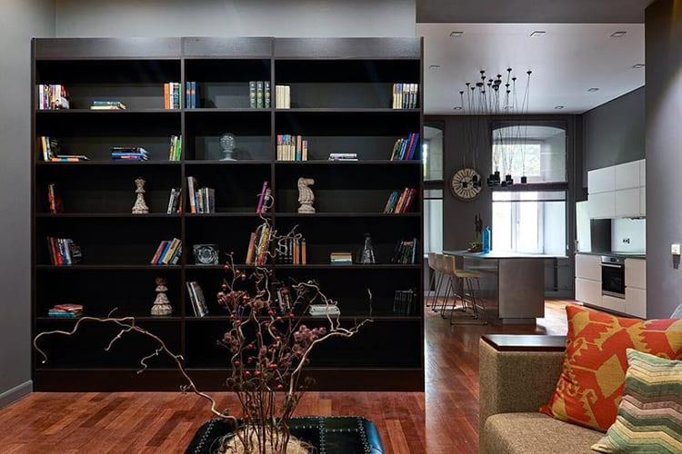 ФОТО: fashion-int.ru Книжный шкаф в гостиной пока пустой, но Дмитрий планирует перевезти сюда свою библиотеку.
