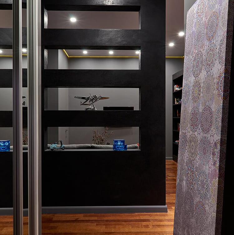 ФОТО: fashion-int.ru Дизайнеры предложили интересную идею – обрамление натяжного потолка рейкой в золоте, как дополнительный элемент декора.