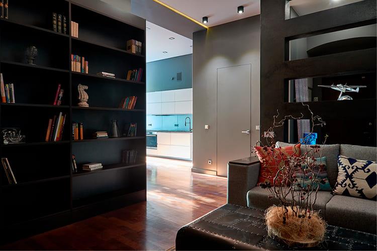 ФОТО: fashion-int.ru Холодность гостиной смягчают оттенки голубого и синего цвета кухни.