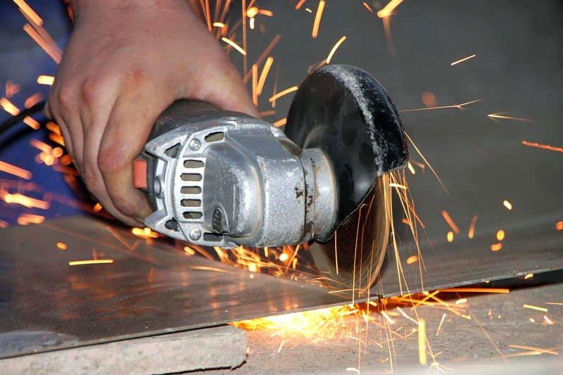 Тонкий листовой металл следует резать от дальнего края, продвигаясь назад