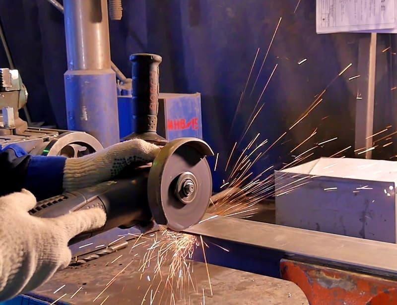 При резке толстого металла нужно двигаться вперёд, по намеченному пропилу