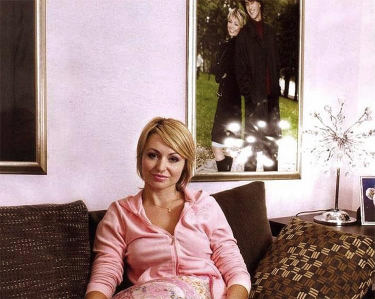 ФОТО: fashion-int.ru В качестве декора выступают только портреты певицы с супругом и оригинальный настольный светильник в виде дерева с хрустальными листочками.