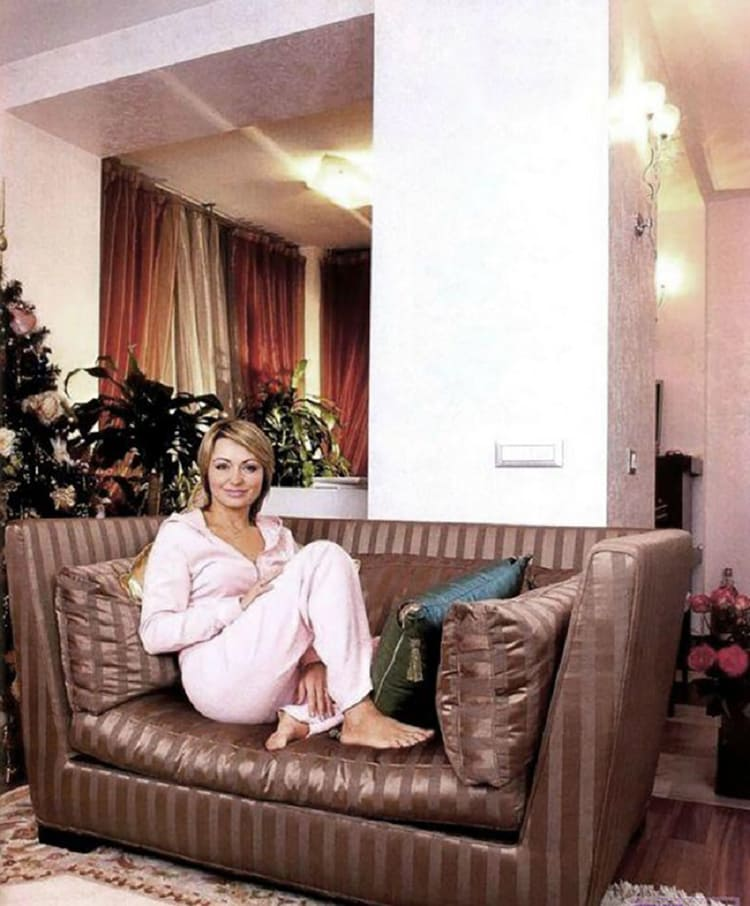 ФОТО: fashion-int.ru Роскошный диван в классическом стиле обит шёлком в полоску.