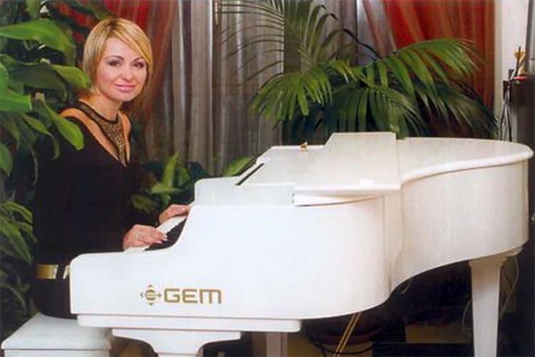 ФОТО: fashion-int.ru Рабочее место Кати Лель – белый рояль.