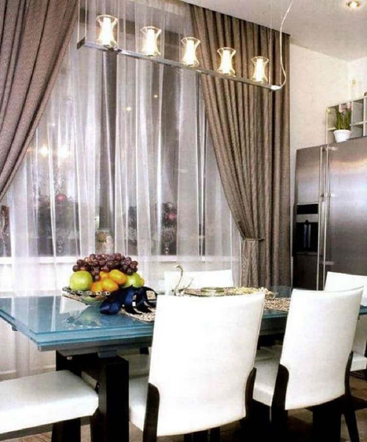 ФОТО: fashion-int.ru В обеденной зоне стоит большой стол со стеклянной двойной столешницей.