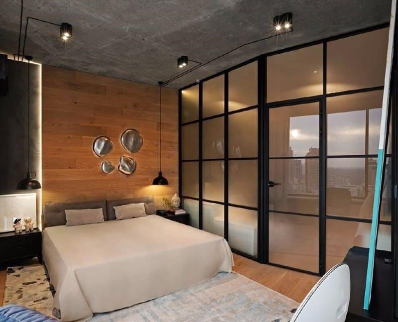 Стеклянная перегородка с дверьми в квартире-студии