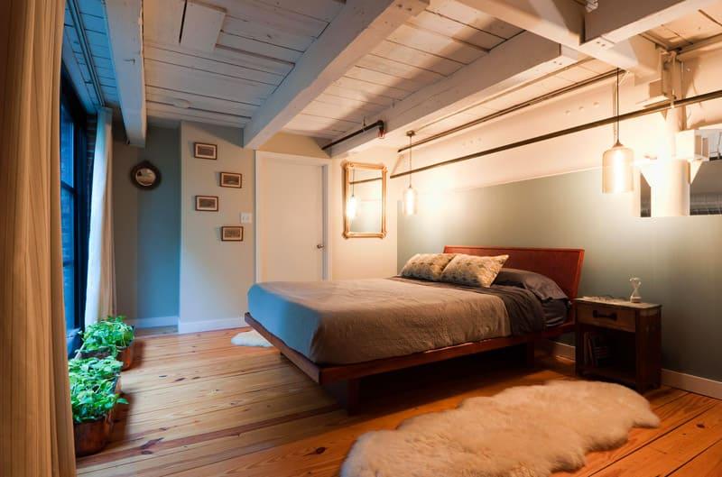 Еще одна характерная черта лофта — металлические или деревянные потолочные балки