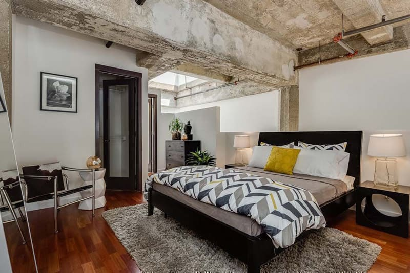 Бетонный необработанный потолок в спальне «лофт»