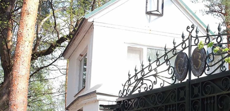 На воротах установлены инициалы кутюрье