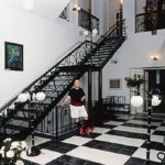 По обе стороны в холле ведет лестница на второй этаж