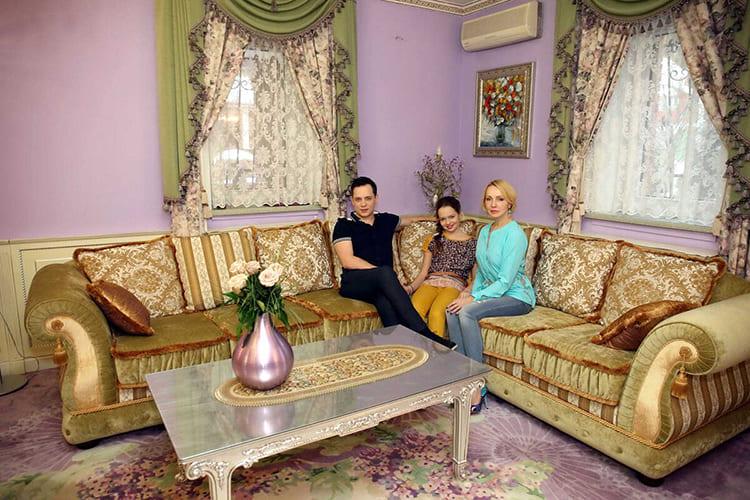 ФОТО: fashion-int.ru Пол полностью закрывает роскошный ковёр с цветочным узором.