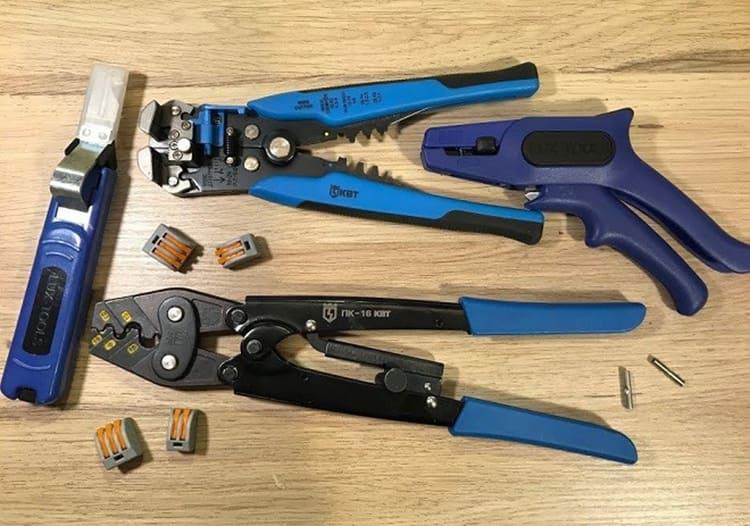 Набор инструментов для снятии изоляции с проводовФОТО: i.ytimg.com