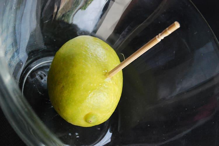 Через освободившееся отверстие вы сможете выжать некоторое количество капель, а сам фрукт при этом не засохнетФОТО: wikihow.com