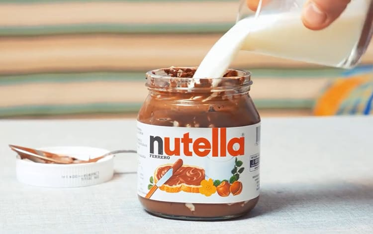 А тёплое молоко для банки из-под шоколадной пасты. Так вы продлите своё удовольствие, и банку отмыть будет значительно прощеФОТО: youtube.com