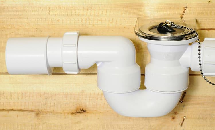 Сифон для ванной может быть пластиковым или металлическимФОТО: mcalpine.ru
