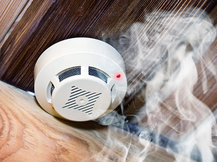 К контроллеру подключаются и датчики дыма – они подадут сигнал тревог при возгорании и включат систему пожаротушения ФОТО: pervo.ru