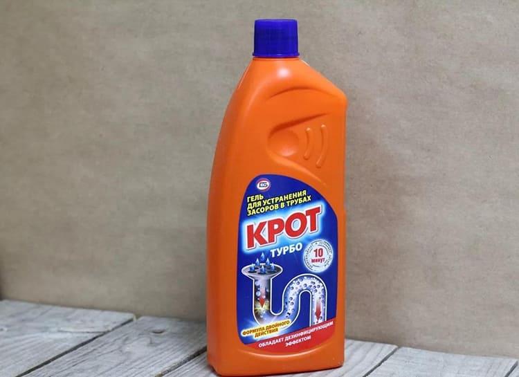 Обычно для такой очистки препарат заливают в слив и оставляют на некоторое время, а потом проливают горячей водойФОТО: kitchenremont.ru
