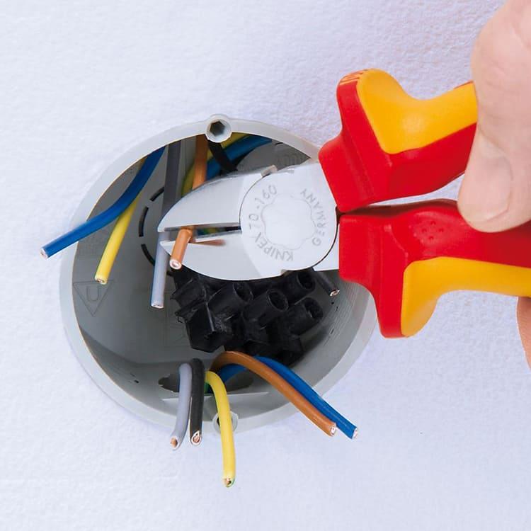 Мастеру необходимо найти баланс между положением лезвий относительно изоляции и распределением силы нажима на рукоятьФОТО: m.media-amazon.com